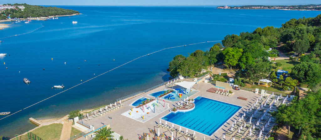 camping-lanterna-main-pool-sea-facing-airview-light